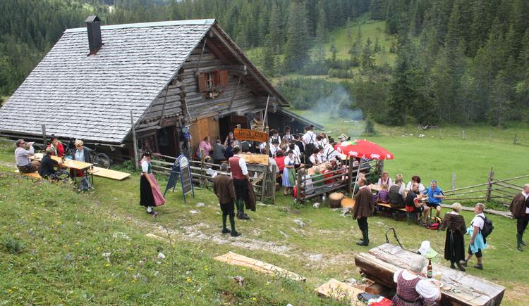 Gemütliches Zusammensein auf der Triamer Hütte