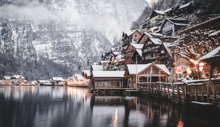 The houses in Hallstatt are built with a tradtional building style. (© Edwin Husic)