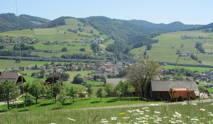 Blick von der Blumenwiese auf den Ort, im Hintergrund Landschaft. (© Tourismusverband MondSeeLand)
