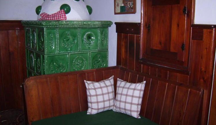 Kachelofen im Wohnzimmer (© Teich)