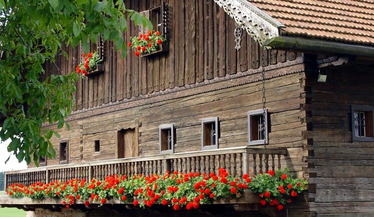 """1993 konnte ein benachbarter Mittertennhof aus dem 16. Jahrhundert, das ehemalige \""""Davidn-Haus\"""" als Handwerkerhaus feierlich eröffnet werden. Über 70 Handwerke und Handfertigkeiten sind darin ausgestellt und werden bei besonderen Anläßen vorgeführt."""