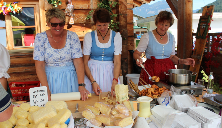 Zum Verkauf stehen selbstgemachten Speisen von den Bäuerinnen.