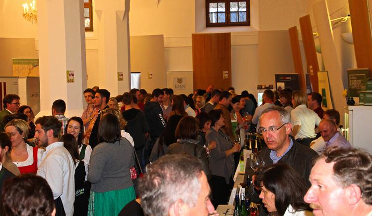 Halle mit vielen Personen