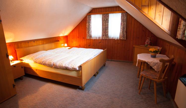 das Zimmer mit gemütlichem Doppelbett
