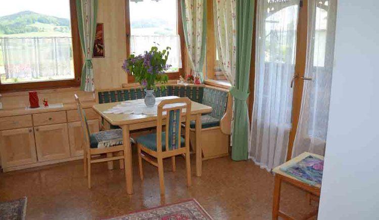 Essecke mit Eckbank, Tisch und Stühle
