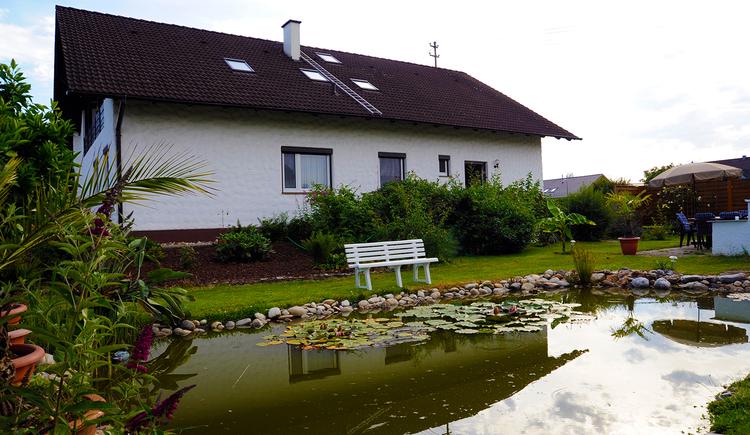 Appartements Hartinger in Altheim - Außenansicht mit Teich. (© Innviertel Tourismus)