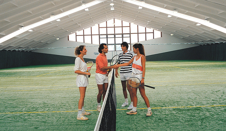 2 teams start a game in the tennis hall.