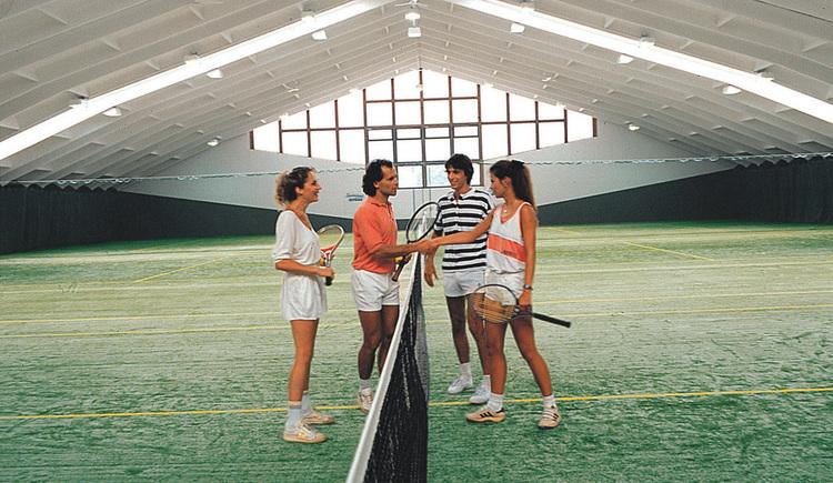 2 Mannschaften starten ein Spiel in der Tennishalle.