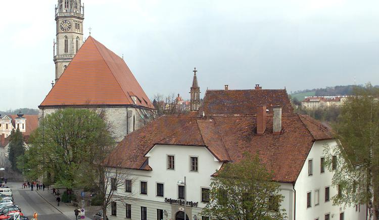 Außenansicht mit Stadtpfarrkirche. (© Schwechaterhof)