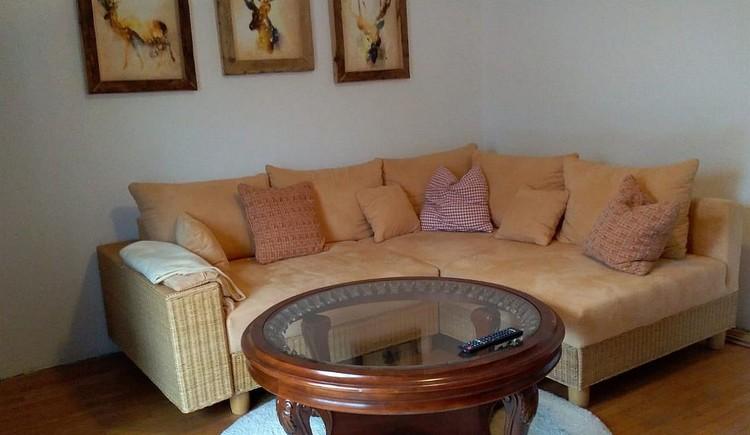 Gemütliche Couch im Wohnzimmer und TV zum Entspannen. (© Horst Jahnke)