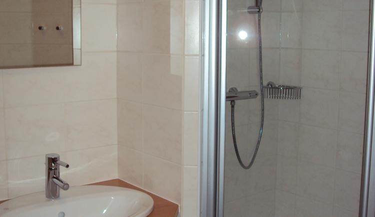 Dusche und Waschbecken. (© Jutel Obertraun)