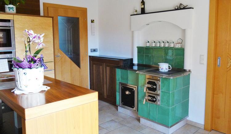 Kachelofen mit Kochgelegenheit in der Küche