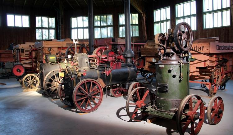 Etwas abseits vom Stehrerhof wurde 1985 die große achteckige Halle errichtet, in welcher das Österreichische Dreschmaschinemuseum mit zahlreiche Dreschmaschinen, Dampfmaschinen, Motoren, Erntemaschinen und der Erntegeräteschau aller österreichischen Bundesländer untergebracht ist. (© Degn Film)