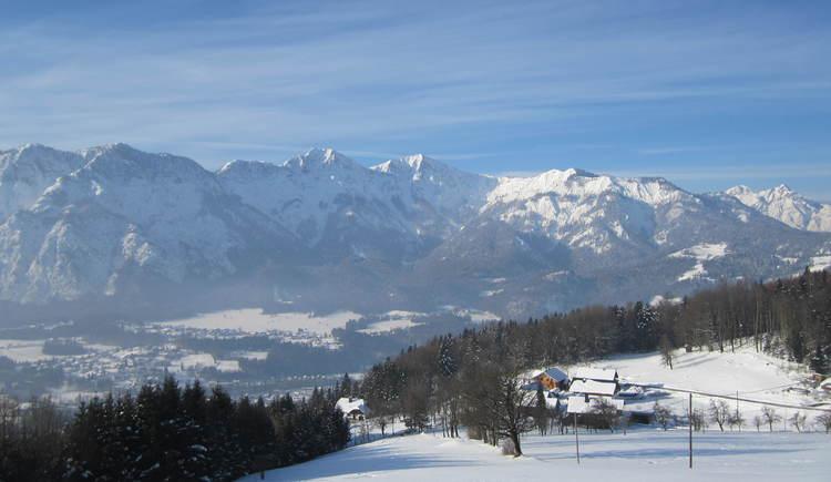 Herrliches Winterpanorama über Bad Goisern mit dem Ramsaugebirge im Hintergrund.