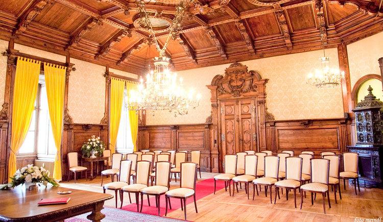 Standesamt im Schloss Mondsee mit Stühlen. (© www.mondsee.at)