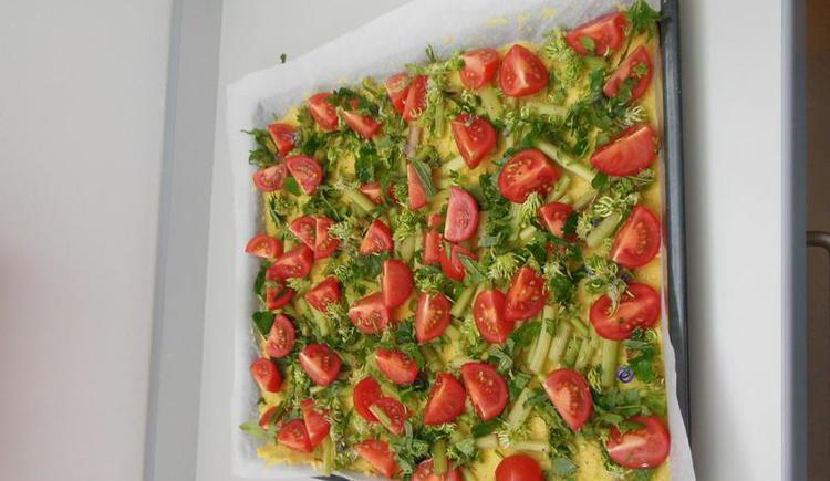 Pizza mit Kräutern aus dem Kräutergarten (© Erlebnisbauernhof Oberhinteregg Faistenau)