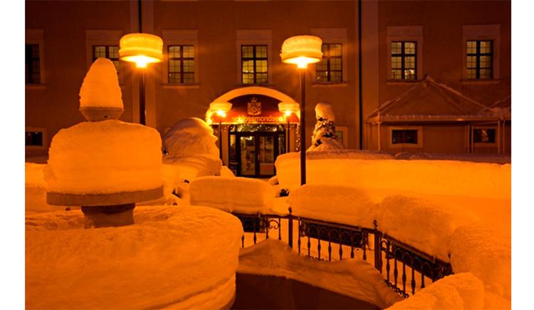 Schlossgarten mit verschneitem Springbrunnen. (© Schloss Mondsee)