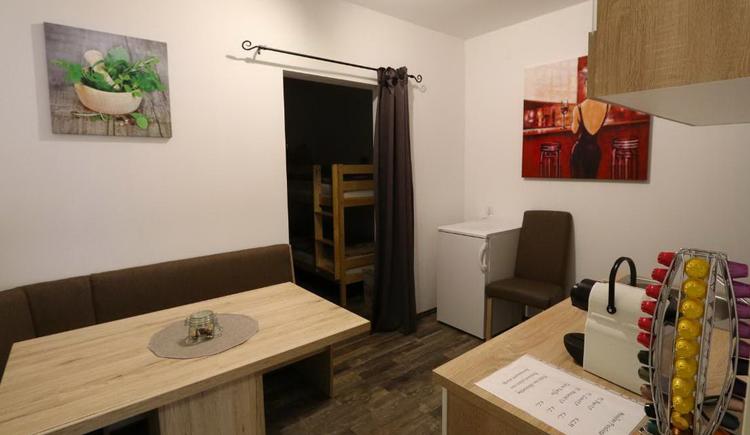 Essbereich mit Küchenblock im Appartment (mit Kühlschrank und Kaffeemaschine)