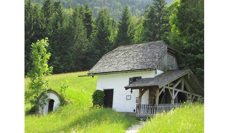 Blick auf die Mühle umgeben von Landschaft, Wiesen, Bäume