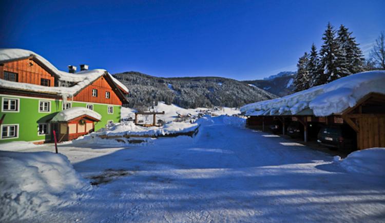 Die Aussenansicht vom Haus Elisabeth und den Carports im Winter.