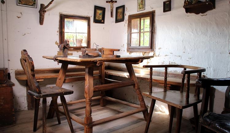 Der Stehrerhof gewährt einen umfassenden Einblick in das bäuerliche Leben vergangener Jahrhunderte. Der typische Hausruck-Bauernhof zeigt prächtige Bauernmöbel, interessanten Hausrat, schöne alte Trachten und am Hof hergestelltes Leinen. (© Degn Film)