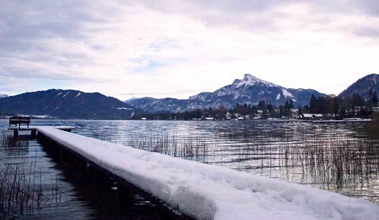 Schneebedeckter Steg, Blick über den Mondsee bis zum Schafberg. (© www.mondsee.at)