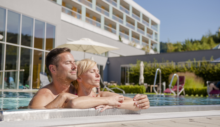 Hotel Lebensquell Bad Zell: Pärchen im Außenbecken