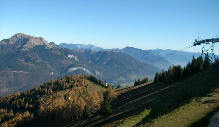 Zwölferhorn Seilbahn mit Ausblick auf die Berge (© Tourismusverband Faistenau)