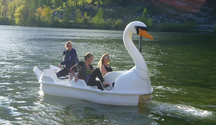 Gäste im Schwan-Tretboot haben viel Spass am See. (© Johann Immervoll)