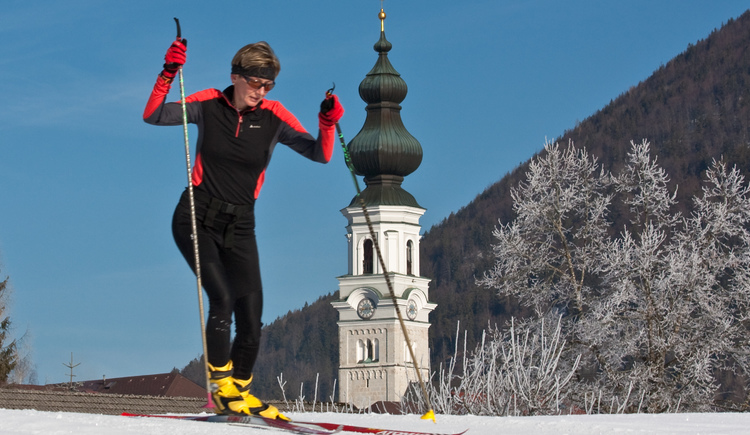 Cross country skier on the Village Trail in Faisteanu (© Langlaufschule Nordic Fun - Josef Rehrl)