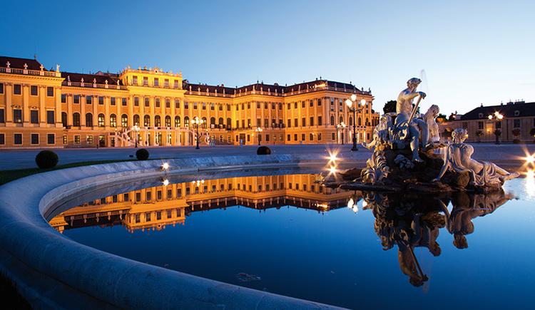Schloss Schönbrunn bei Dämmerung in Wien (© Wien Tourismus/Peter Rigaud)