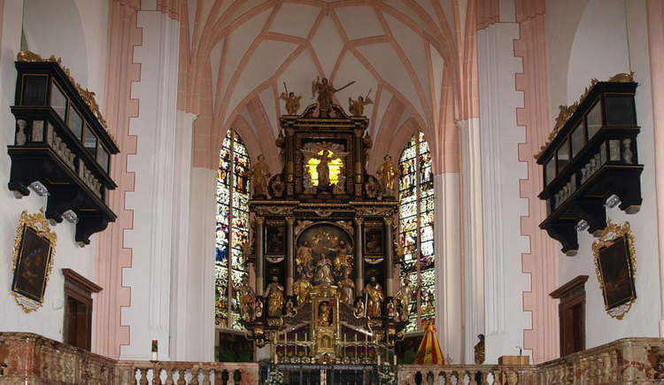 View to the altar in the basilica St. Michael. (© www.mondsee.at)