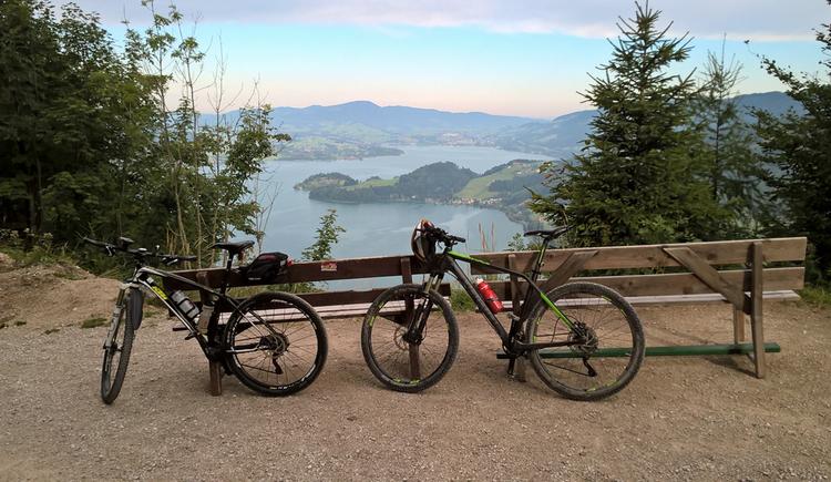2 Mountainbikes im Hintergrund Blick auf den Attersee. (© Mit Unterstützung des UASC)
