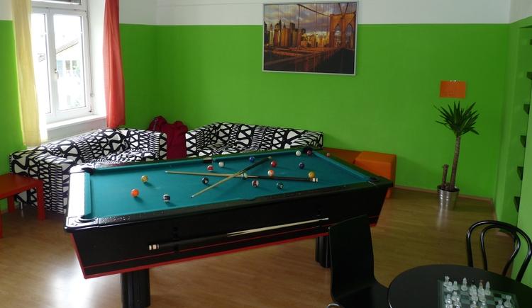 Billardtisch, im Hintergrund eine Couch