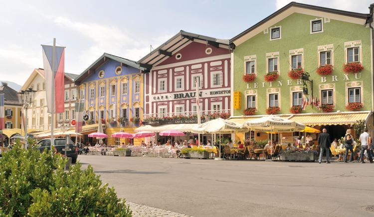 Blick auf den Marktplatz, im Hintergrund Schanigärten vor dem Haus. (© Tourismusverband MondSeeLand)