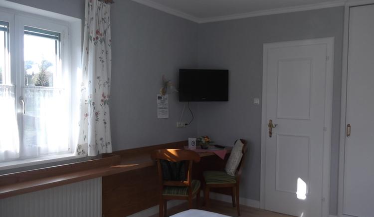Schlafzimmer: mit Fernseher, Tisch und Stühle, seitlich ein Fenster