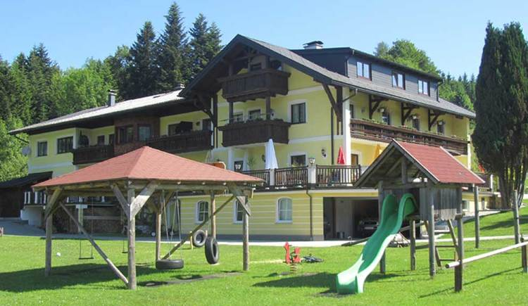 look at the Inn Waldfrieden, playground in the foreground. (© www.mondsee.at)