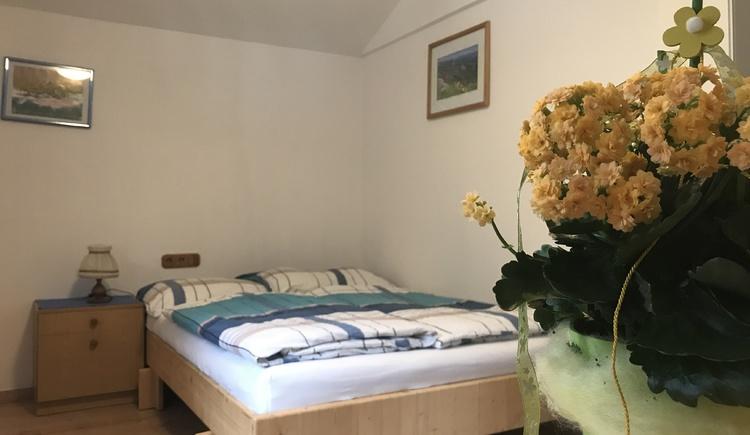 Gemütliches Doppelbett im Schlafzimmer des Haus Edelweiss
