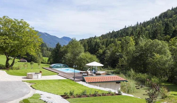 Pool und Landschaft (© Gut Hinterklaus)