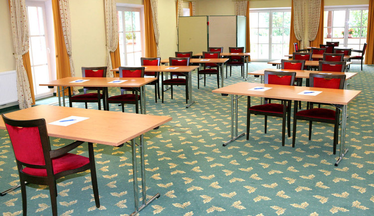 chairs and tables with writing utensils. (© Eichingerbauer)