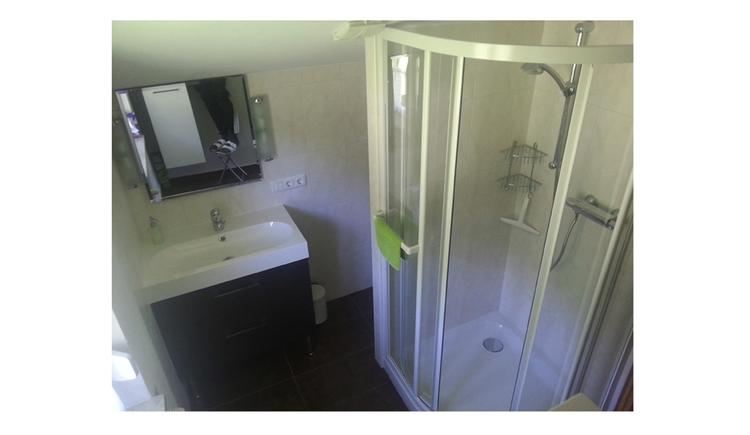 Badezimmer mit Waschbecken, Spiegel, Dusche
