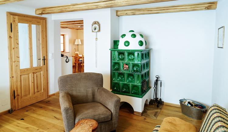 Wohnzimmer mit Kachelofen. (© Bernhard Stimitzer)