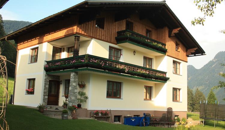 Unser Haus liegt auf einer kleinen Anhöhe mit wunderbarem Ausblick über das ganze Gosautal und auf die umliegenden Berge.