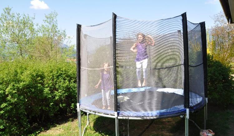 Haus Schober: Das große Trampolin im Garten bietet Spaß für die Kinder