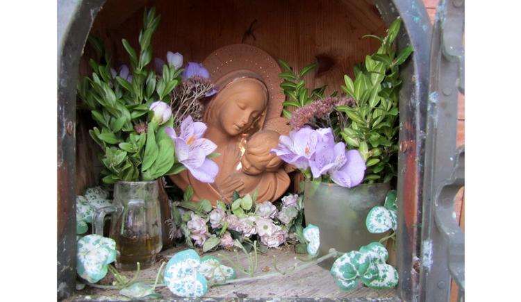 Heiligenfigur, Blumen