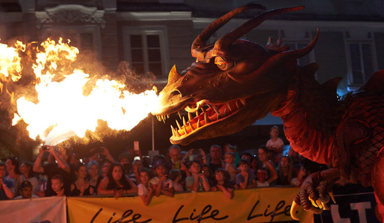 Feuerspeiender Drache am Familienbund Ritterfest in Linz. (© Sebastian Mayrhofer)