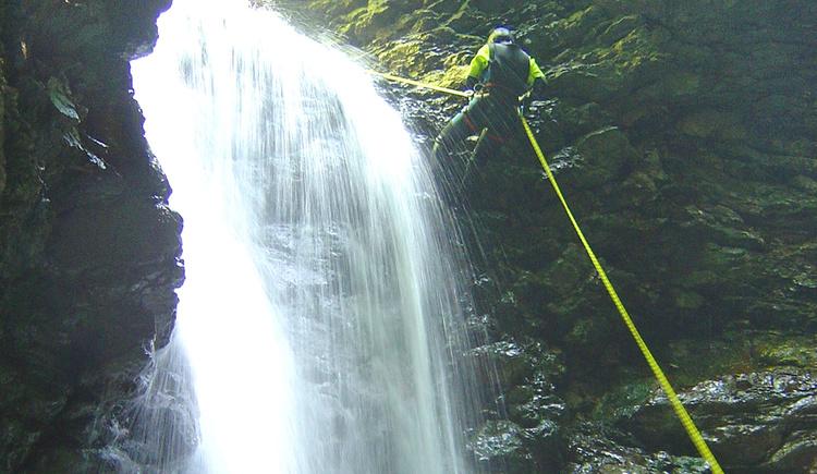 Wasserfall beim Canyoning (© PRO_ADVENTURES)