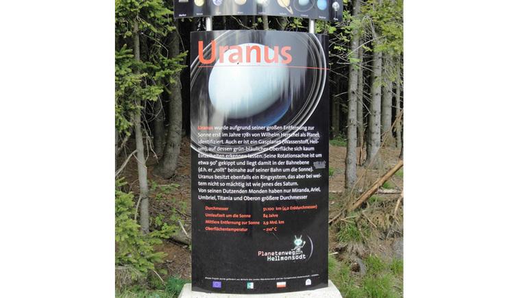 Entfernung von der Sonne: 2,8 bis 3 Milliarden km Durchmesser: 51.120 km Anzahl der Monde: bisher 27 entdeckt Umlaufzeit um die Sonne: 84 Jahre 5 Tage Rotationszeit: 17 Stunden 14 min Uranus -benannt nach dem griechischen Himmelsgott Uranos -wurde am 13. März 1781 von William Herschel entdeckt. Da seine Rotationsachse fast parallel zu seiner Bahnebene um die Sonne liegt, ?rollt? der Planet gewissermaßen auf seiner Bahn dahin. Während sein innerer Aufbau dem des Jupiter und des Saturn gleicht (kleiner Kern aus Gestein und Eis, umgeben von einem flüssigen Mantel aus Wasserstoff, Ammoniak und Methan), findet sich in den obersten Schichten der Atmosphäre neben Wasserstoff und Helium ein merklicher Anteil von Methan, das dem Planeten das blau-grünliche Aussehen im Fernrohr verleiht. In den Wolkenschichten herrschen Temperaturen um minus 190 °C. Uranus besitzt ein stark ausgeprägtes Magnetfeld sowie ein Ringsystem um seinen Äquator ? wennauch bei weitem nicht so ausgeprägt wie bei Saturn. Neben den schon länger bekannten größeren Monden, Ariel, Umbriel, Titania, Oberon und Miranda wurden inzwischen 22 weitere kleinere entdeckt. Die ersten Bilder von Uranus aus dem Weltall wurden im Jahre 1986 von Voyager 2 zur Erde übermittelt.. (© Joh. Mülleder)