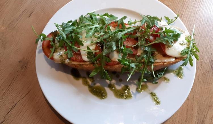 warmes-knuspriges-baguette-mit-mozzarella-und-tomaten (© Timeless)