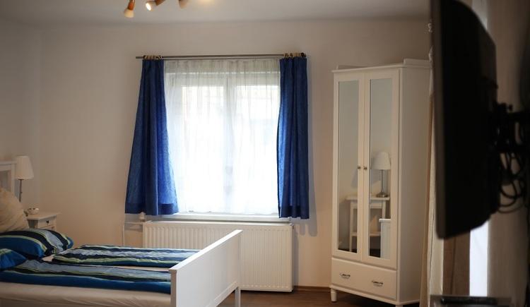 Gemütliches Schlafzimmer mit einem großen Doppelbett.